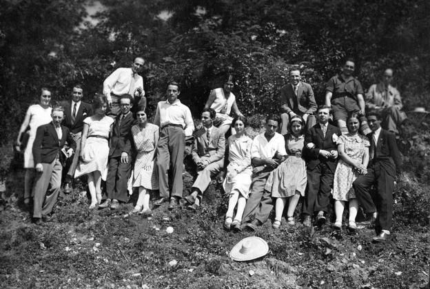 """Batranii monografiei si """"ucenicii"""" lor. Paula Herseni este in dreptul lui M. Vulcanescu"""
