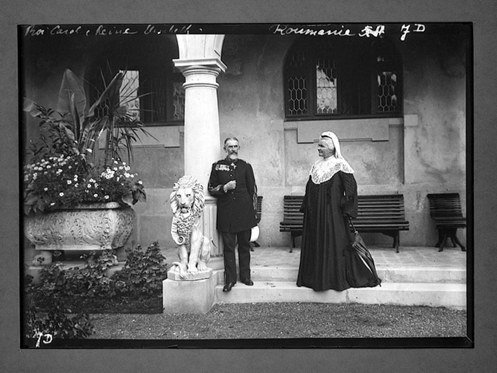 Relege Carol I si Elisabeta la Castelul Peles; sursa foto: romaniainterbelica.memoria.ro