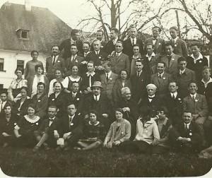 Studenti crestini la Bania-KOstenetz, Bulgaria, 1926. In poza apar Margarita Vulcanescu (prima din randul trei, stanga), Mircea Vulcanescu (al treilea de la dreapta, acelasi rand) si N. Bedriaev (centru, randul 2).